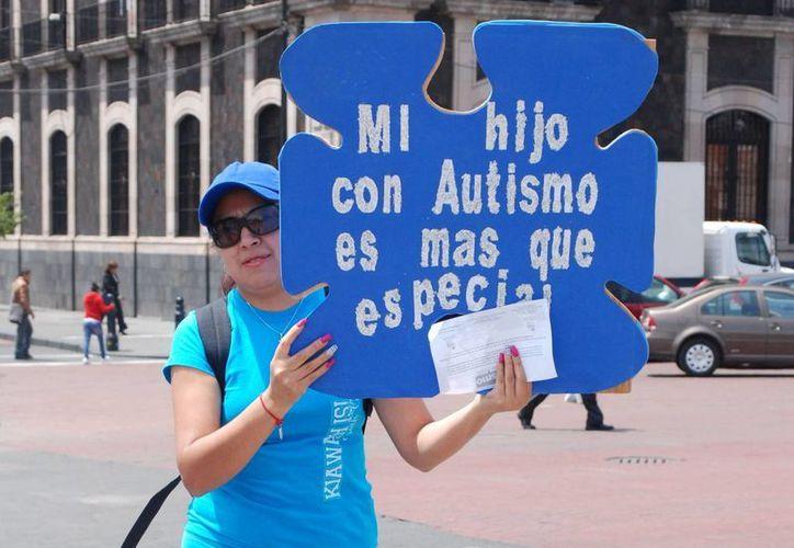 La persona autista puede aprender a identificar conductas y sentimientos con un tratamiento adecuado y el respaldo de sus familiares, logrando así su plena inclusión a la sociedad. (Archivo/Notimex)