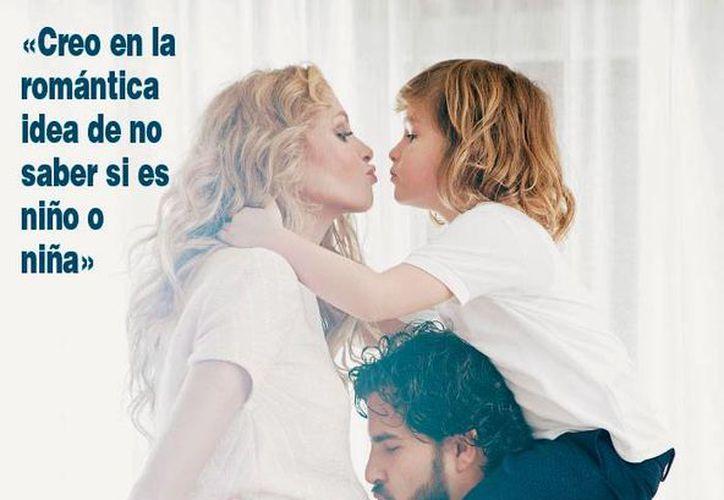 Foto editada de la portada de la revista Hola que aparecerá el miércoles 9 de diciembre de 2015, en la que aparecen Paulna Rubio, su hijo Nicolás y su pareja Gerardo Bazúa. (www.hola.com)