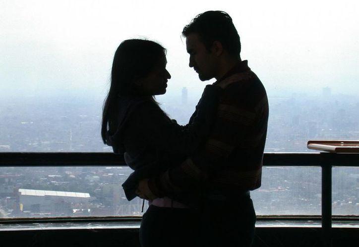 La búsqueda de pareja en línea es más frecuente en hombres y mujeres de 25 a 34 años de edad. (Archivo/EFE)