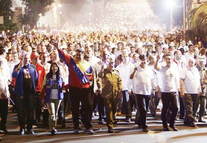 Los presidentes de Venezuela, Nicolás Maduro; de Cuba, Raúl Castro; y de Bolivia, Evo Morales, participan con miles de personas en la Marcha de las Antorchas en La Habana Cuba. (EFE)