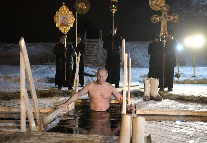 La Iglesia rusa advierte cada año que los baños en aguas heladas sólo son aptos para personas sin problemas de salud. (AP)