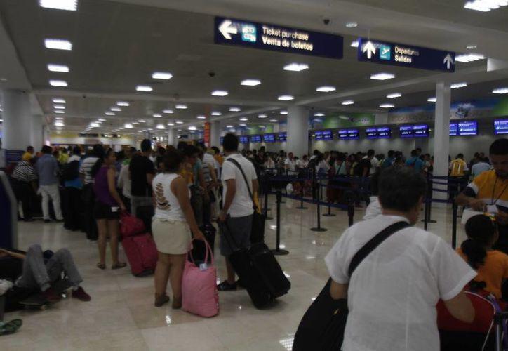 Los asiáticos arriban por la ruta aérea Japón-Tijuana-Ciudad de México-Cancún. (Israel Leal/SIPSE)