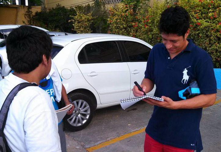 Fernando Salazar se despidió de algunos aficionados con autógrafos. (Milenio Novedades)