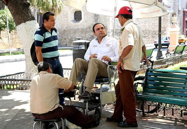 Nerio Torres apuntó los temas generados en la charla y de quienes se acercaron a refrendarle su confianza. (Milenio Novedades)