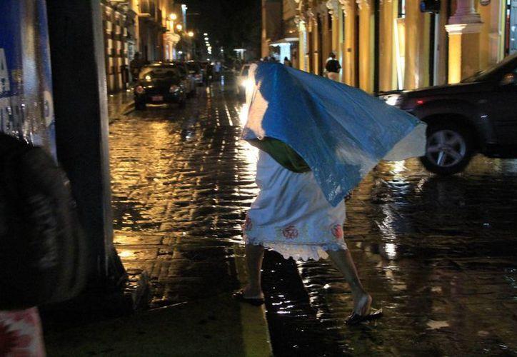 La imprevista lluvia nocturna agarró desprevenidos a los meridanos. (José Acosta/SIPSE)
