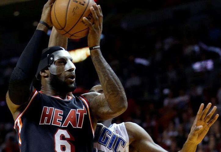 La máscara que obligaron a usar a LeBron James no pareció afectar su desempeño, aunque se la quitaba durante las pausas. (Agencias)