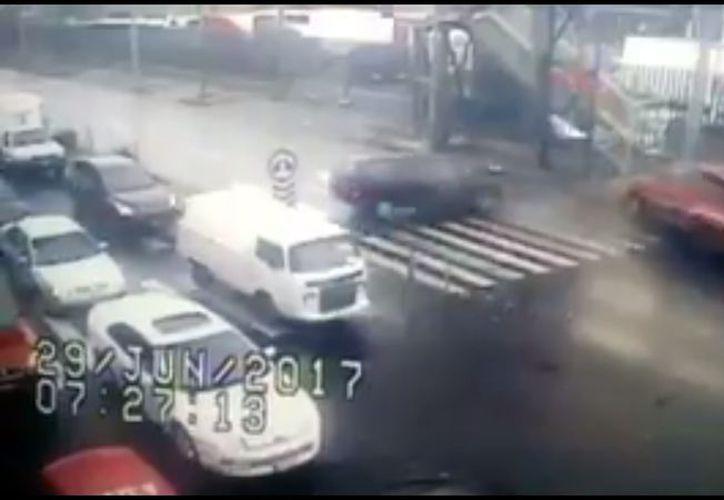 Un menor falleció y ocho más resultaron heridos luego de que el autobús escolar en el que viajaban chocara. (Impresión de pantalla)