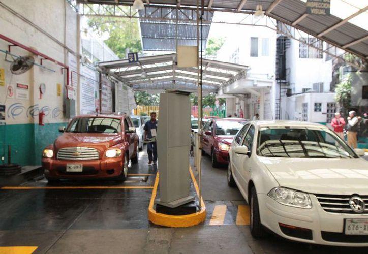 En la Ciudad de México ya inició la verificación vehicular para el programa Hoy no Circula. A nivel nacional, se impulsa una norma que haría obligatoria la revisión total de los autos existentes en el país. (Archivo/Notimex)