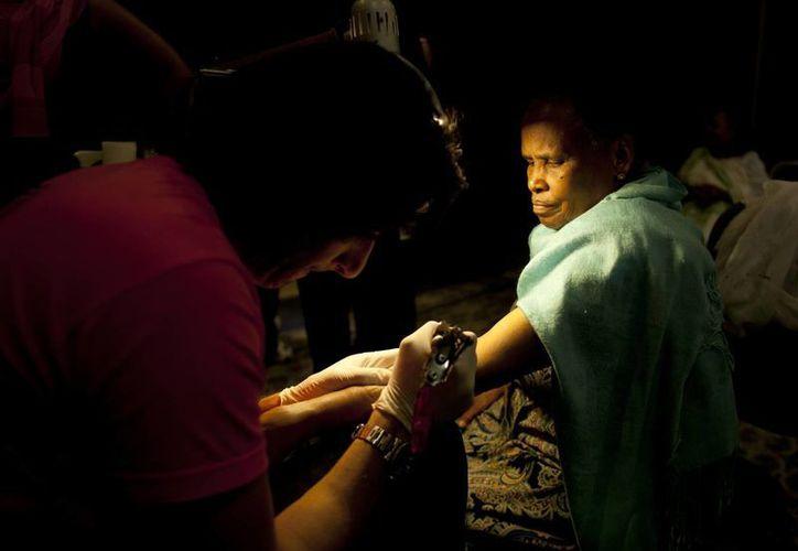 Una mujer etíope cantó un himno religioso mientras un tatuaje de la Virgen María era grabado en su brazo. (Agencias)