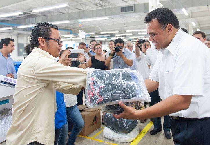 Ayer, el gobernador Rolando Zapata visitó maquiladoras en Motul y Baca, para ver los resultados de los programas estatales para creación de plazas laborales. (Cortesía)