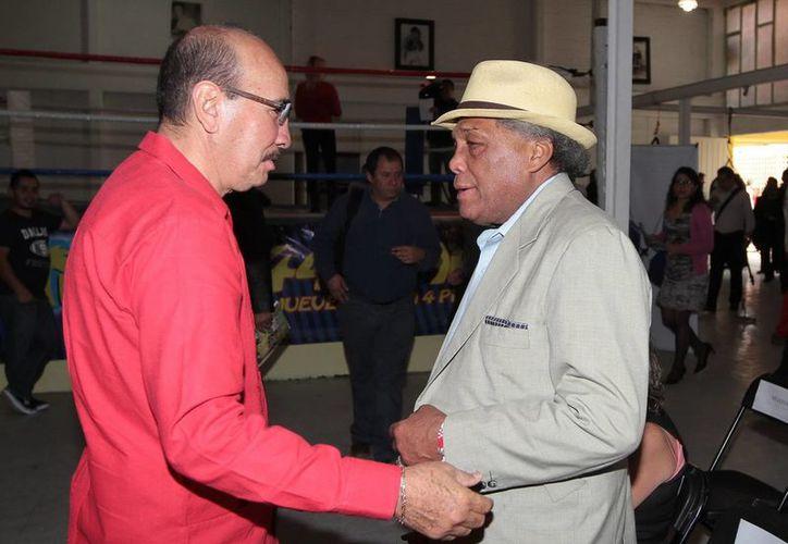 Los exmonarcas de box, Carlos Zárate y Ultiminio Ramosinicio,  durante su asistencia al programa 'Boxeando por un México Seguro', en el Barrio de Tepito. (Foto de archivo de Notimex)