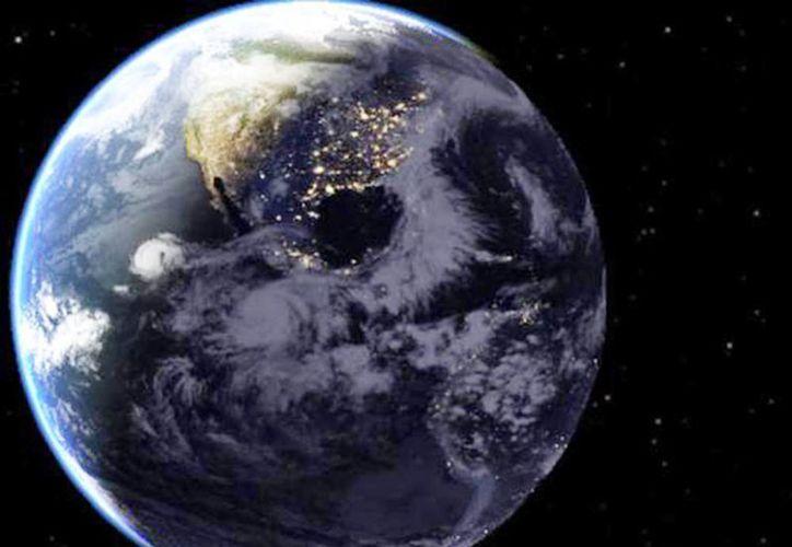El huracán 'Blanca', visto desde el espacio durante la noche en México. El fenómeno permanece como estacionario a 650 kilómetros al sur-suroeste de Lázaro Cárdenas, Michoacán, y 655 kilómetros al sur-suroeste de Zihuatanejo, Guerrero. (Excelsior)