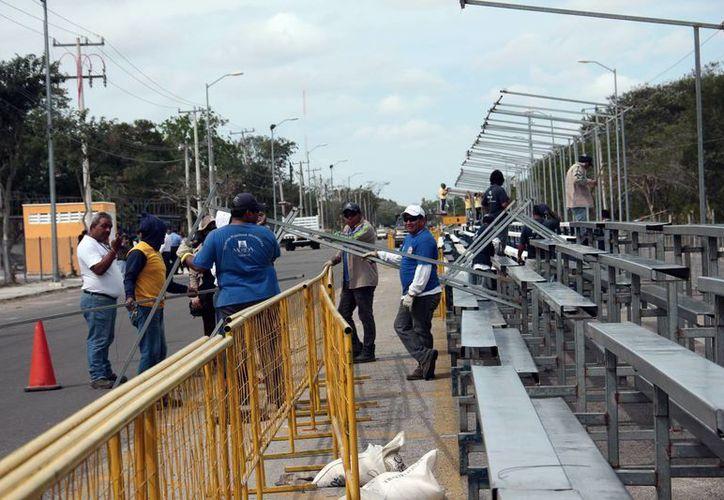 Trabajadores colocan las gradas para los asistentes al Carnaval de Mérida 2017, el cual se realiza en el recinto ferial de Xmatkuil. (Jorge Acosta/Milenio Novedades)