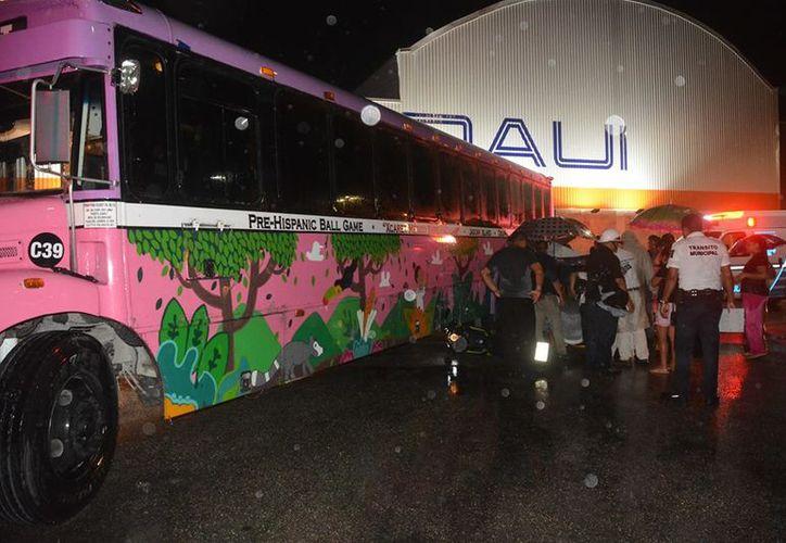 El motociclista se estrelló  contra el costado izquierdo del autobús de Xcaret. (Foto: Redacción/SIPSE)
