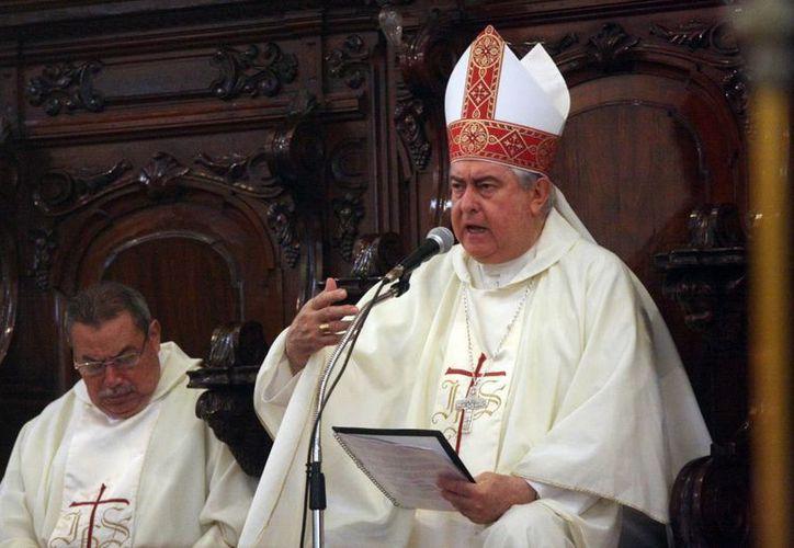 El padre Ávila Cervera concelebró una misa con el Arzobispo de Yucatán, monseñor Emilio Carlos Berlie Belaunzarán (d), canónigos e integrantes del Clero. (Mauricio Palos/SIPSE)