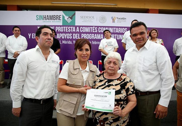 María del Socorro Cáceres, beneficiaria del programa 65 y Más, entregó al Gobernador y la titular de la Sedesol (i) el certificado de que Caucel es comunidad con pensión a adultos mayores. (Cortesía)