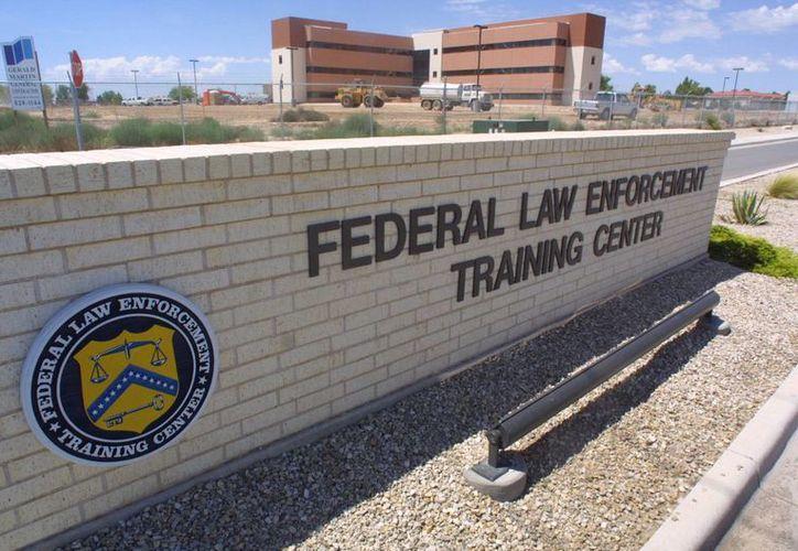 Foto del 1 de agosto de 2002 de la entrada a un centro federal de detención en Artesia, Nuevo México, donde el estado retiene a migrantes que cruzaron la frontera sin autorización. (Agencias)
