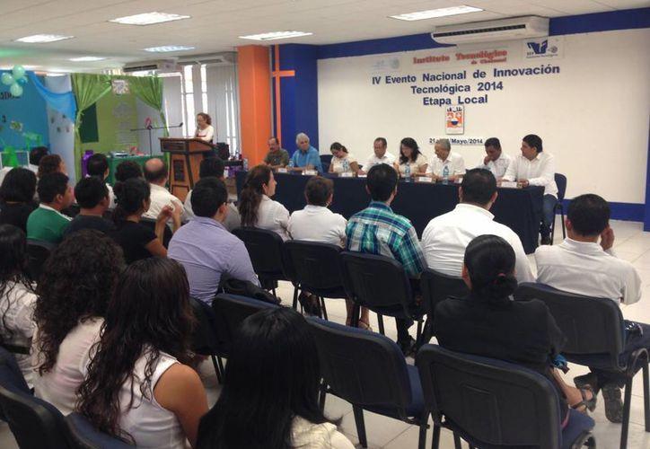 Estudiantes y docentes del Itch estuvieron presentes en la inauguración de la etapa local del IV Evento Nacional de Innovación Tecnológica. (Harold Alcocer/SIPSE)