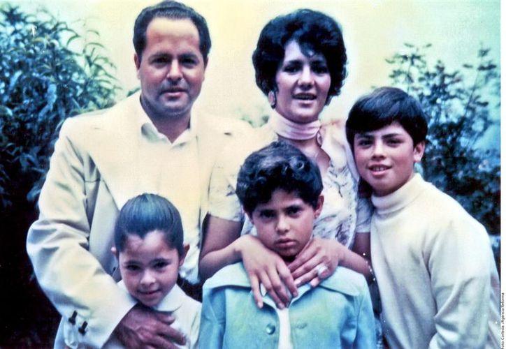 Enrique Peña Nieto es el mayor de cuatro hermanos, su padre fue empleado de CFE y su madre fue maestra. (Agencia Reforma)