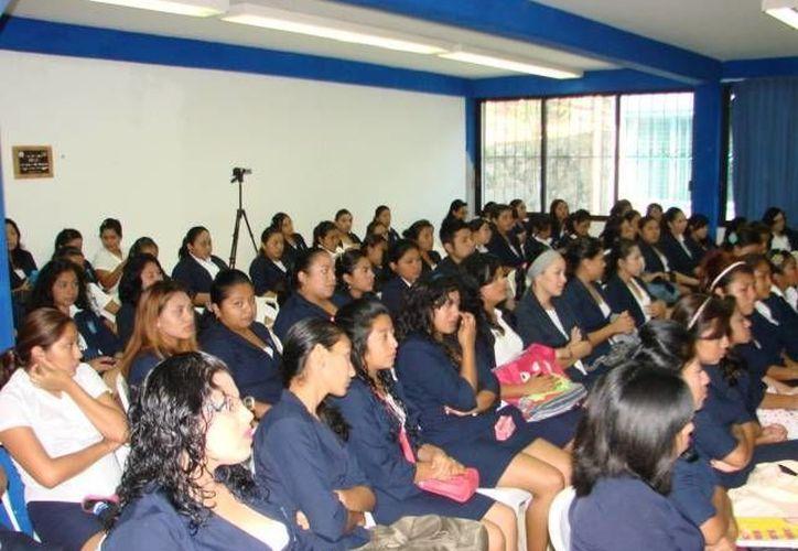 Los profesores optaron por utilizar Internet para evitar el rezago de las 320 alumnas. (Manuel Salazar/SIPSE)