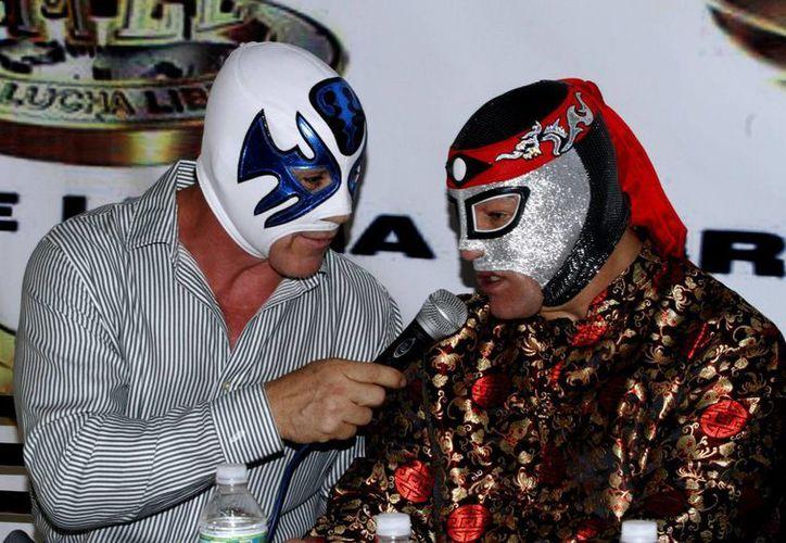 El luchador Octagón regresa a la Arena México para formar pareja con Atlantis, en el reencuentro de una de las duplas más carismáticas del pancracio mexicano. En la foto, durante la conferencia de prensa para presentar el evento. (Notimex)