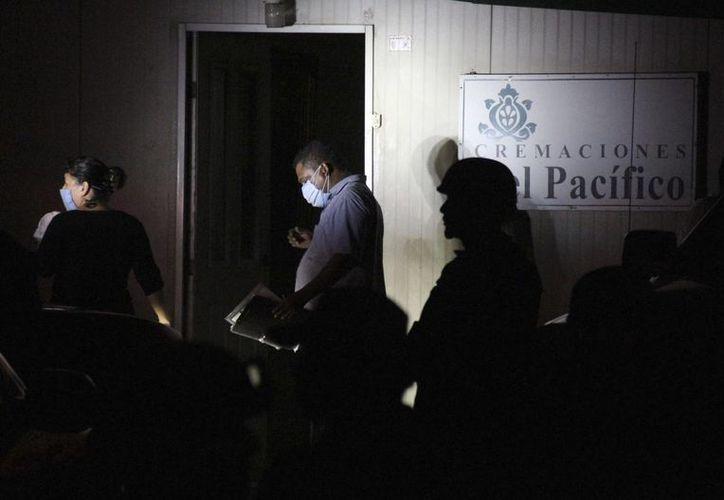 Policías ministeriales y expertos forenses recogen información, en el sitio donde fueron hallados un total de 61 cadáveres en el crematorio abandonado en Acapulco, Guerrero. (Archivo/EFE)