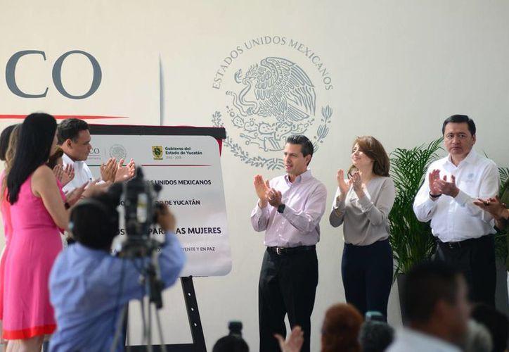 El presidente Enrique Peña Nieto inaugura el Centro de Justicia para las Mujeres de Yucatán. Lo acompañan el gobernador Rolando Zapata y funcionarios de su gabinete. (Luis Pérez/SIPSE)