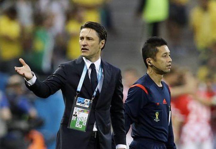 El entrenador de Croacia no dejó de alentar a sus jugadores durante el encuentro en Sao Paulo. (AP)