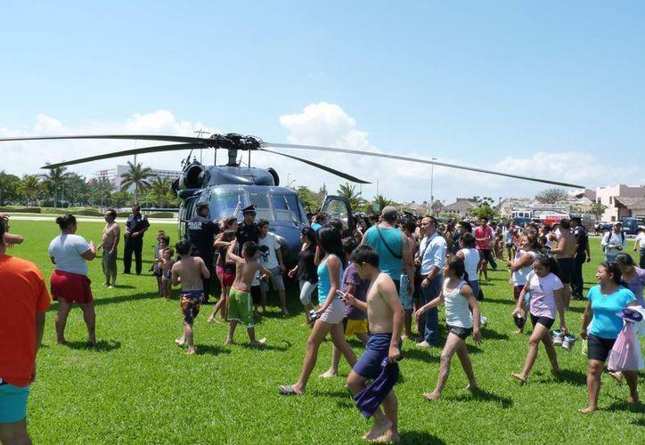 El aterrizaje tomó por sorpresa a decenas de personas y en especial a los niños. (Tomás Álvarez/SIPSE)