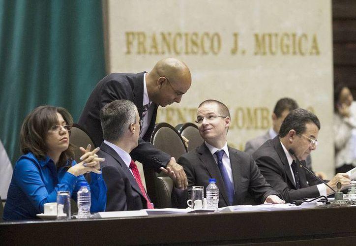Maricela Velázquez, José González Morfín, Marcos Aguilar, Ricardo Anaya, Francisco Arroyo, dialogan durante la sesión ordinaria de la Cámara de Diputados. (Notimex)