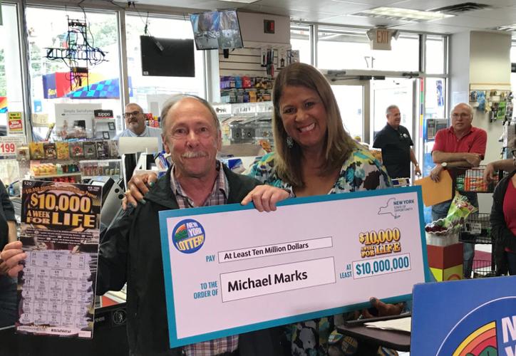 Michael Marks jugó lotería toda su vida y ahora gana 10 millones con raspadito. (Foto: Twitter)