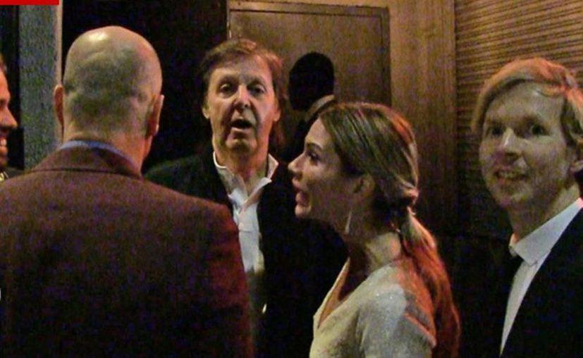 Paul McCartney intentando entrar al club Argyle después de la gala de los Premios Grammy este lunes. Al final, el exbeatle y su compañía decidieron irse a otra fiesta. (Imagen tomada del video de TMZ)