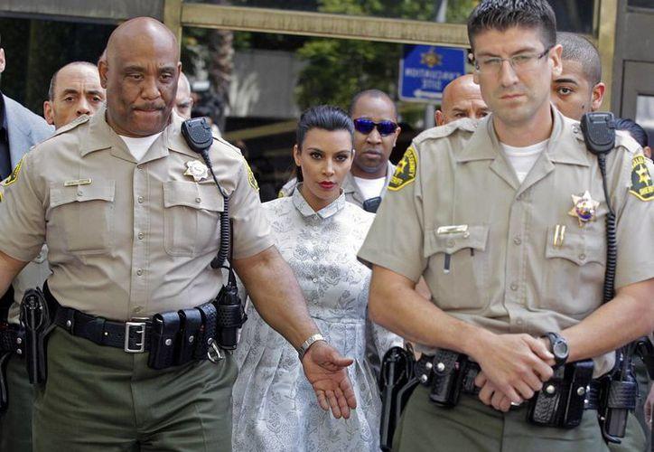 Kim Kardashian salió de la corte acompañada por guardias. (Agencias)