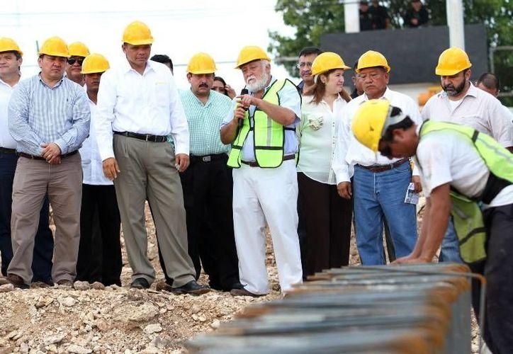 Ayer, el gobernador Rolando Zapata supervisó los avances en la construcción del Centro de Justicia Oral de Mérida, ubicado al sur de la capital yucateca. (Cortesía)