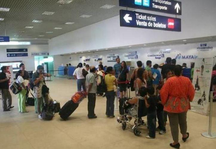El problema que dejó varados a 149 pasajeros del vuelo Mérida-Monterrey, se debió a un tiempo de respuesta lento por parte de la compañía. (SIPSE)