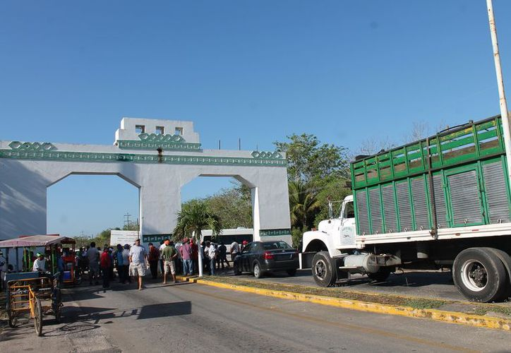 El bloqueo fue a partir de las 8 de la mañana, en el arco de la entrada a Kantunilkín. (Raúl Balam/SIPSE)