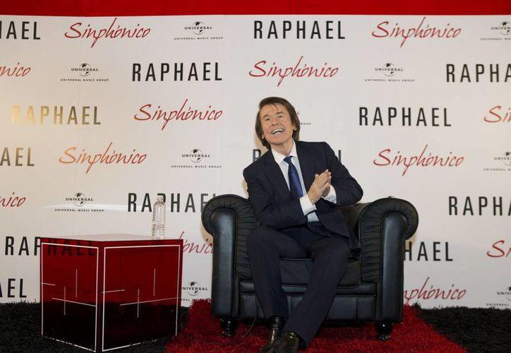 El cantante español dio a conocer que su gira 'Raphael Simphónico' llegará a tierras mexicana en mayo de 2016. En la foto, Raphael durante la presentación de su álbum. (AP)