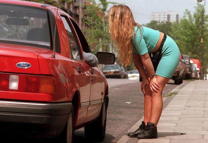 La ley supone un cambio de doctrina en Francia, que desde 2003, aunque no consideraba ilegal la prostitución, perseguía a las meretrices que ofrecían sus servicios en la calle. (Archivo/EFE)