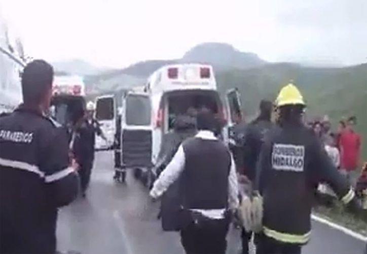 Cuatro jóvenes fueron rescatados y en camillas con ayuda de cuerdas lograron subir hasta la carretera donde en una ambulancia fueron atendidos y posteriormente trasladados al hospital. (Internet)