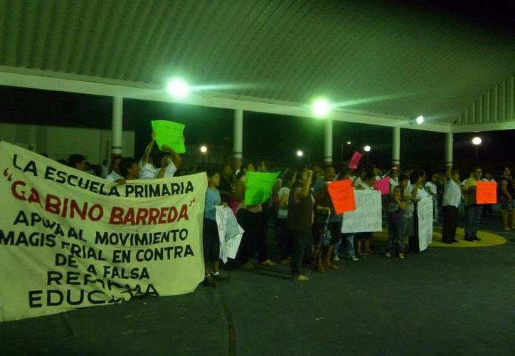 """""""Maestro luchando, también están enseñando"""", coreaban los manifestantes. (Raúl Balam/SIPSE)"""