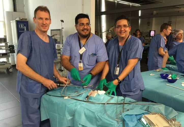El equipo de especialistas que trabaja en la clínica ubicada en el edificio Altabrisa Millenium. (Novedades Yucatán)