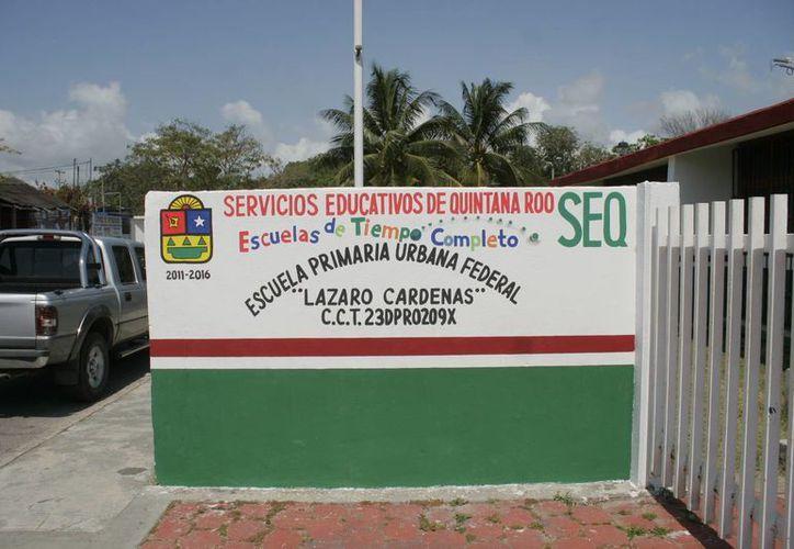 Brigadas encargadas de rehabilitar espacios públicos eliminaron de las escuelas los distintivos. (Harold Alcocer/SIPSE)
