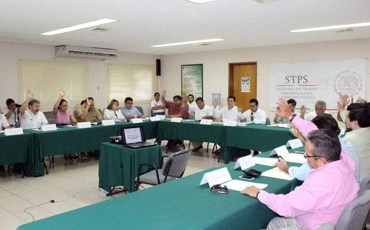 Integrantes de la Comisión Consultiva de Seguridad y Salud en el Trabajo de Yucatán revisan los programas preventivos en el área laboral para las empresas. (Milenio Novedades)