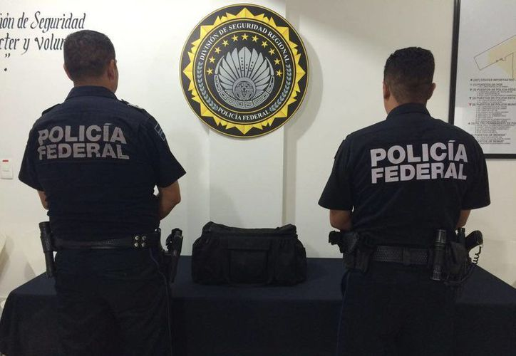 Elementos de la Policía Federal realizaron la detención del sujeto ne el aeropuerto de Cancún. (Redacción/SIPSE)