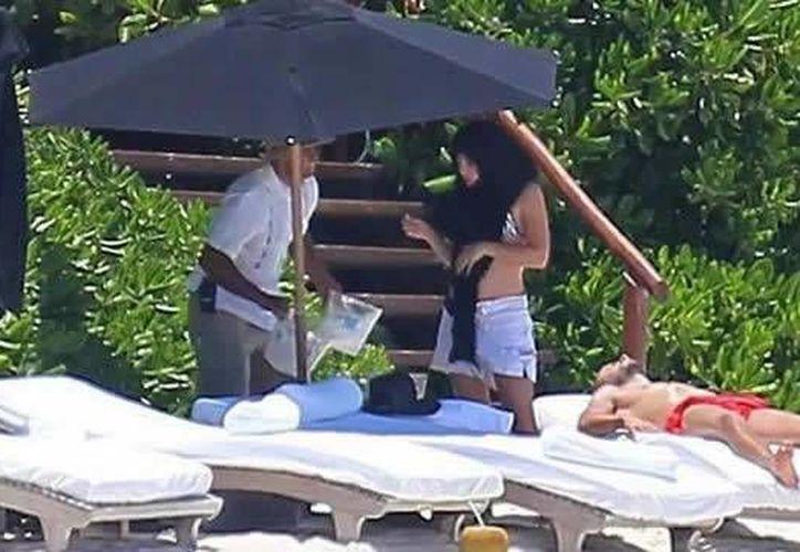 Shakira, disfruta de la Riviera Maya y se esconde debajo de su pareo. (Foto/MetroNoticias)