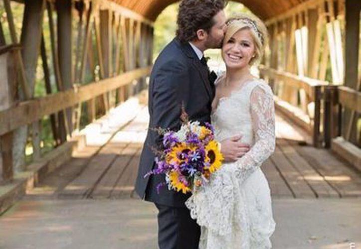 """""""Soy oficialmente la señora Blackstock"""", escribió Kelly Clarkson en la fotografías que difundió en las redes sociales. (Facebook oficial)"""