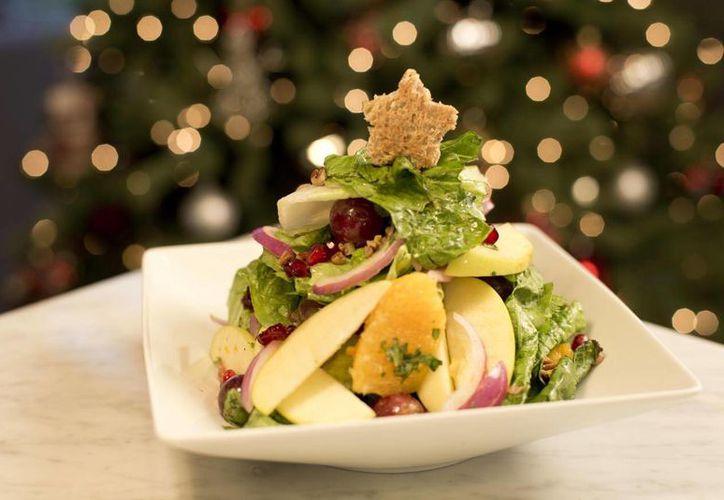 Los veganos optan por no incluir cárnicos en sus dietas. Imagen de una ensalada navideña, una opción diferente para esa noche especial. (Milenio Novedades)