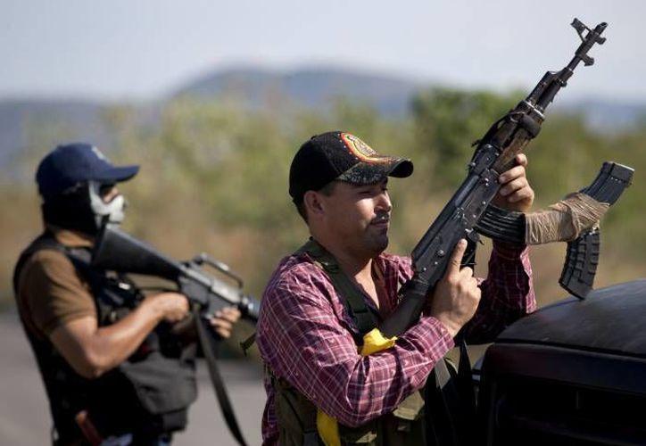En varias regiones de Michoacán, las autodefensas combaten al narco sin apoyos gubernamentales. (Agencias)