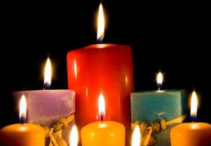 Prender velas de diferentes colores a lo largo de enero ayuda a  contar con un año positivo en aspectos de amor, dinero y salud. (Imagen tomada de noticiasmvs.com)