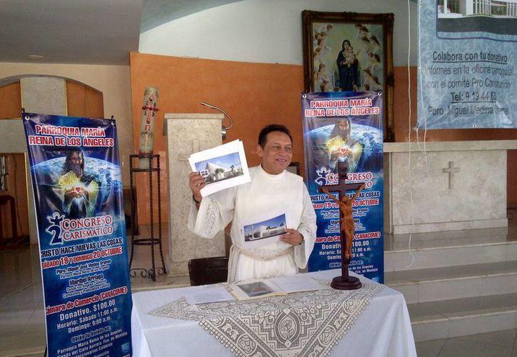 El padre Miguel Medina Oramas, párroco de María Reina de los Ángeles, en conferencia de prensa. (SIPSE)